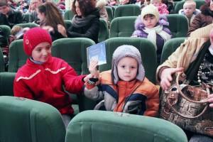 3 Малыш радуется подарку